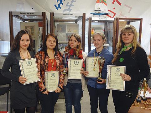 rašinių konkurso nugalėtojos su mokytoja Renata Kisnieriene