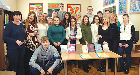 Gimnazistai su bibliotekininke R. Rapkevičiene ir auklėtoja R. Kisnieriene