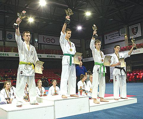 Trakietis D. Kacelavičius (trečias iš kairės) kyokushin karate čempionate iškovojo trečiąją vietą