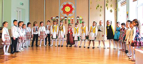 """Festivalyje jungtine daina """"Tėvynė"""", kurią atliko visi trys kolektyvai: (iš kairės) Trakų lopšelis-darželis """"Ežerėlis"""", Grigiškių darželis-mokykla """"Pelėdžiukas"""" ir Lentvario lopšelis-darželis """"Šilas"""", prasidėjo mažųjų atlikėjų prisistatymas"""