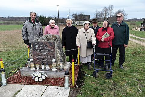 Bakaloriškiečiai – gyvi tragedijos liudininkai prie kaimo paminklo