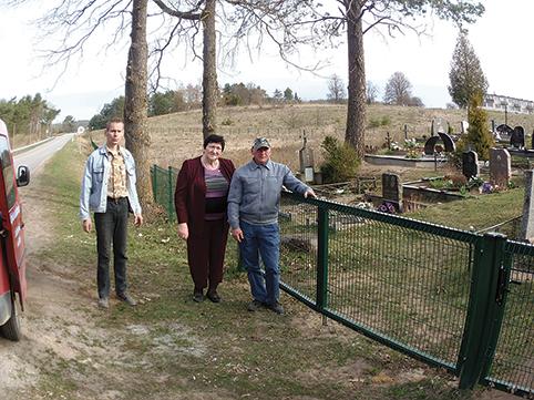 Seniūnijos darbuotojų pastangomis vyksta kapinių aptvėrimo darbai