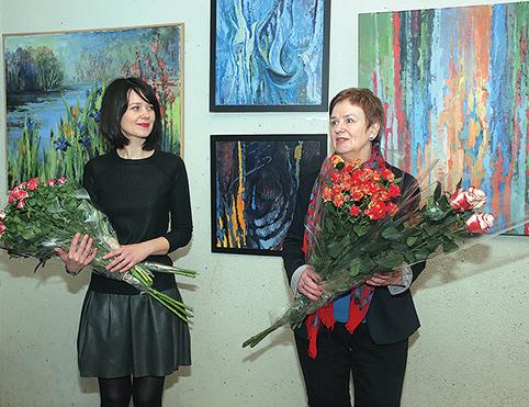 (Iš kairės) menininkės Edita ir Leonida Tamulytės per parodos atidarymą sulaukė ir gėlių puokščių, ir šiltų sveikinimų