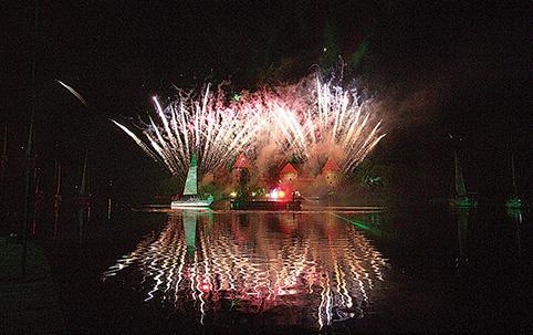 Ugnies, šviesos ir muzikos fejerija Galvės ežere – užburiantis vaizdas, kurio verta laukti visus metus