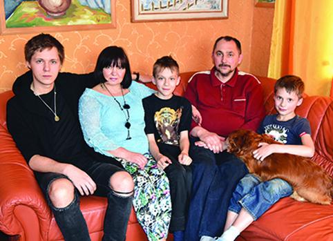 Aukštadvariečių Mariaus ir Daivos Sakalių šeima (iš kairės į dešinę): vyriausias sūnus Kristupas, mama Daiva, sūnus Bernardas, tėtis Marius, jaunėlis Benediktas ir namų sargas Spaikis