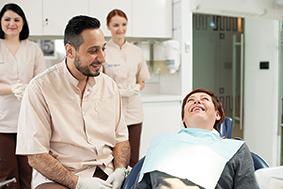 """Egzistuoja daugybė priežasčių, dėl kurių gyvenimo eigoje netenkame dantų. Teigiantys, kad taip nutinka tik dėl prastų higienos įpročių, labai klysta: """"Paveldimumas, įvairios ligos, nelaimingi atsitikimai bei tam tikros gyvenimiškos aplinkybės - ne mažiau svarbios nei mūsų įpročiai"""", - teigia gydytojas - burnos chirurgas Suhelis Bešara (Soheil Bechara)."""