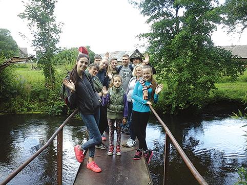 Projekto dalyviai ant Tilto per Merkio upę