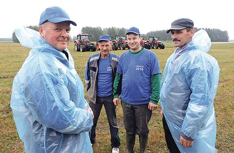 Vienas artojų varžybų organizatorių ūkininkas Vladislavas Kravčun su savo palaikymo komanda
