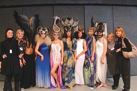 """Dizainerė, dėstytoja K. Mališauskienė, šukuosenų dizaino dėstytojos S. Grušnienė, I. Čirvinskienė ir J. Abasova bei studentės dalyvauja labdaringuose tarptautiniuose renginiuose """"Big Hair Show"""", kurie kasmet vyksta Kauno Žalgirio arenoje, parodos """"Moters pasaulis"""" metu. Studentų ir dėstytojų kūrybiškumą ir gerą iniciatyvą palaikė žinomi atlikėjai Ineta Stasiulytė, Deivydas Meškauskas ir merginų grupė """"4 ROSES"""""""