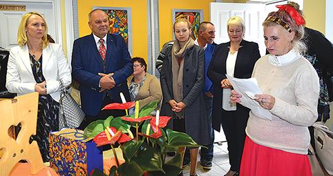 15 metų sukakties proga centro lankytoja - Rima Pulauskaitė (dešinėje) skaito savo kurybos eiles