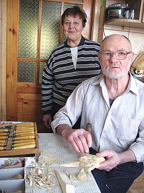 Jonas Adlys su žmonele Gražina savo žiemos dirbtuvėje, kurią atstoja virtuvės stalas (2013 m.)