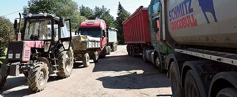"""Derlius į bendrovės """"Malsena Plius"""" elevatorių atvežamas įvairiomis transporto priemonėmis"""