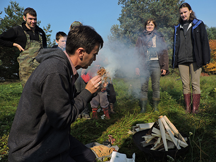Prof. dr.Vykintas Vaitkevičius ugnį įkūrė skiltuvu įskėlęs kibirkštį