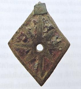 Pilkapio kasinėjimų metu rasta kario šalmo puošybos detalė - rombo formos kabutis