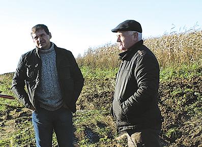 """Neramiai kalbėjosi Giedrius Medelis (kairėje) su medžiotojų klubo """"Elnias""""  vadovu Vladu Rakšteliu"""