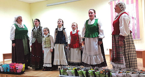 Tiltų kaimo mergaičių ansamblis su Nijole Bižokiene (kairėje) ir Vaiva Neteckienė (dešinėje)