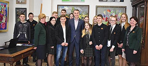 Onuškio Donato Malinausko gimnazijos mokiniai ir mokytojos susitiko su europarlamentaru Petru Auštrevičiumi