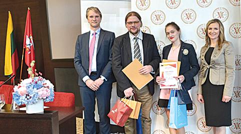 Nugalėtojų apdovanojimo akimirka: antra iš dešinės G. Aliukonytė, šalia mokytojas D. Kuchanauskas