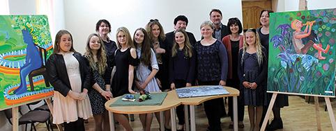 Pirmoji Trakų meno mokyklos Aukštadvario skyriaus dailės studijų laida baigiamojo egzamino metu