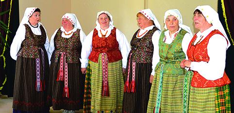 """Dusmenų folkloro kolektyvas """"Dusmena"""" dainuoja  ne tik liaudies, bet ir savo kraštiečių sukurtas  dainas. Iš kairės į dešinę: Jadvyga Aliukonienė, Janina Lekevičiūtė, Anelė Ivančenko, Janina Judickienė, Aldona Narkevičienė, Rima Karsokienė (vadovė)"""